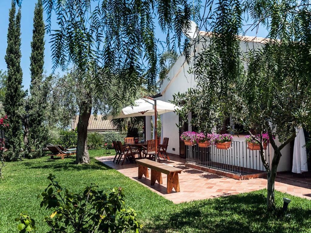 Villa gaia lascari book your hotel with viamichelin for Villas gaia
