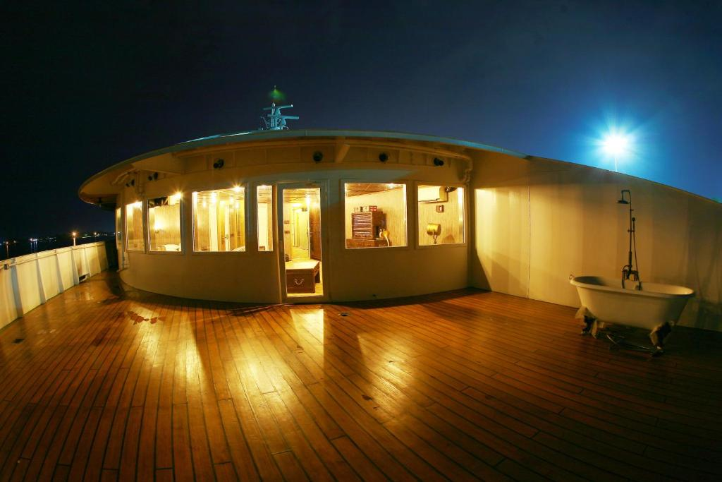 Vintage luxury yacht hotel yangon online booking for Hotel vintage luxury yacht
