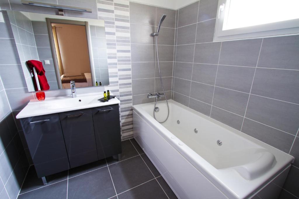 h tel les petits oreillers pont saint esprit book your hotel with viamichelin. Black Bedroom Furniture Sets. Home Design Ideas