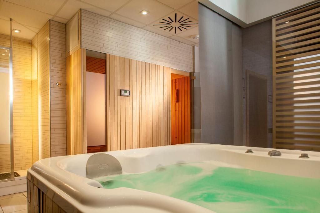 hotel luxe avec jacuzzi chambre alsace avec des id es int ressantes pour la. Black Bedroom Furniture Sets. Home Design Ideas