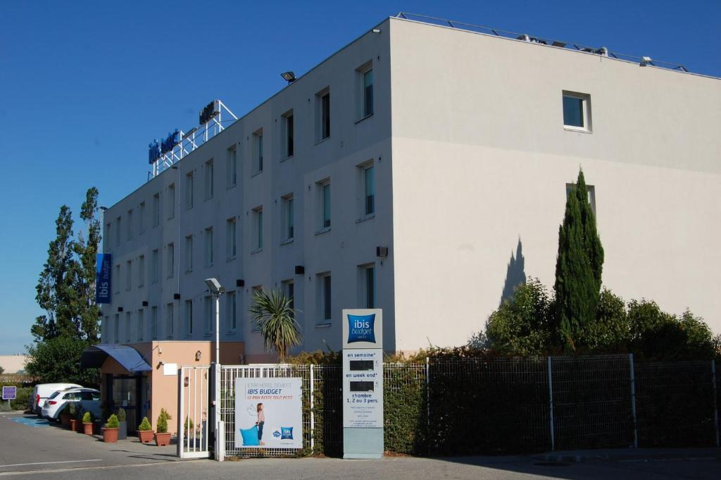 ibis budget hotel vitrolles saint victoret book your hotel with viamichelin. Black Bedroom Furniture Sets. Home Design Ideas