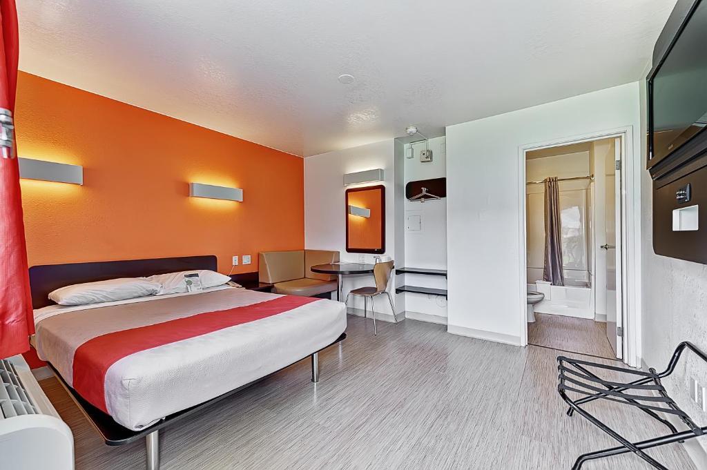 Motel 6 chicago west villa park wheaton book your for 200 royce blvd oakbrook terrace il