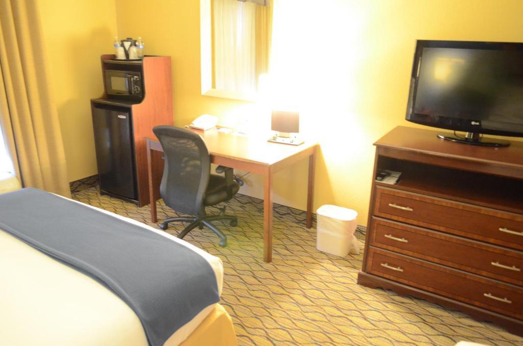 Embassy Hotel  Bed I Bath