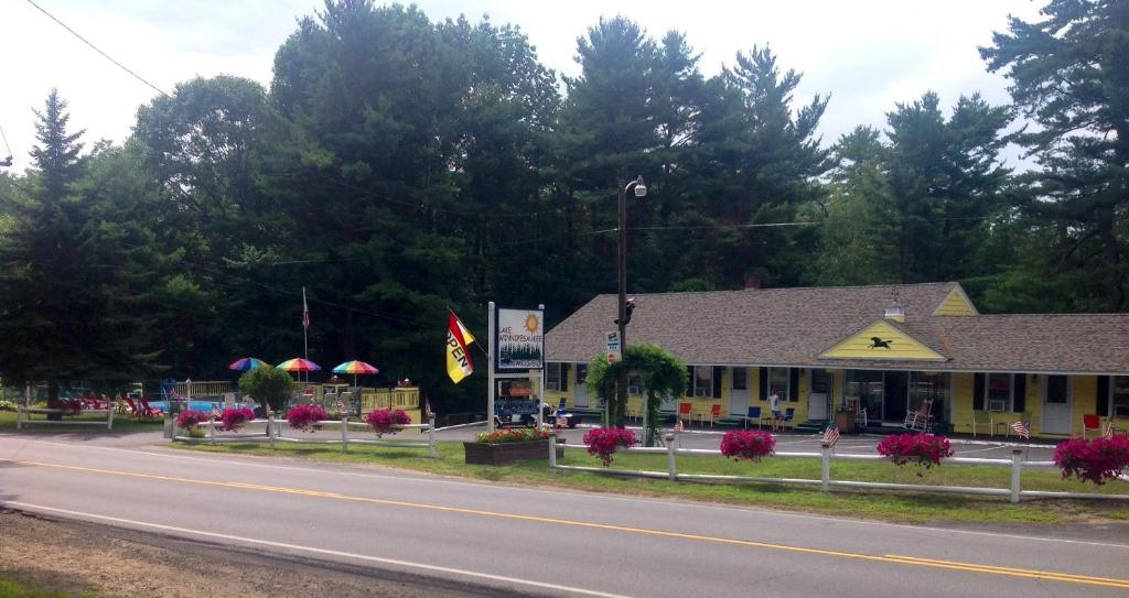 Lake winnipesaukee motel laconia prenotazione on line for Lazy e motor inn laconia nh