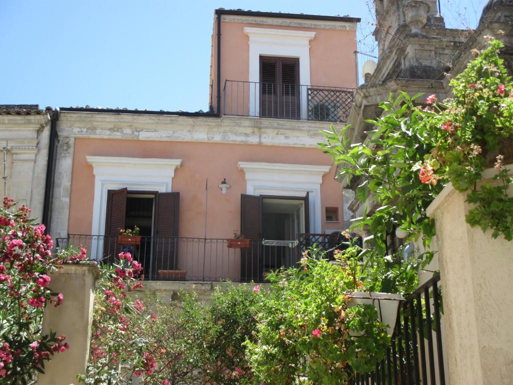 La casa rosa modica book your hotel with viamichelin for La casa rosa milano
