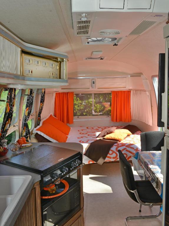 Chambre d 39 h tes caravane airstream am ricaine 1976 for Caravane chambre
