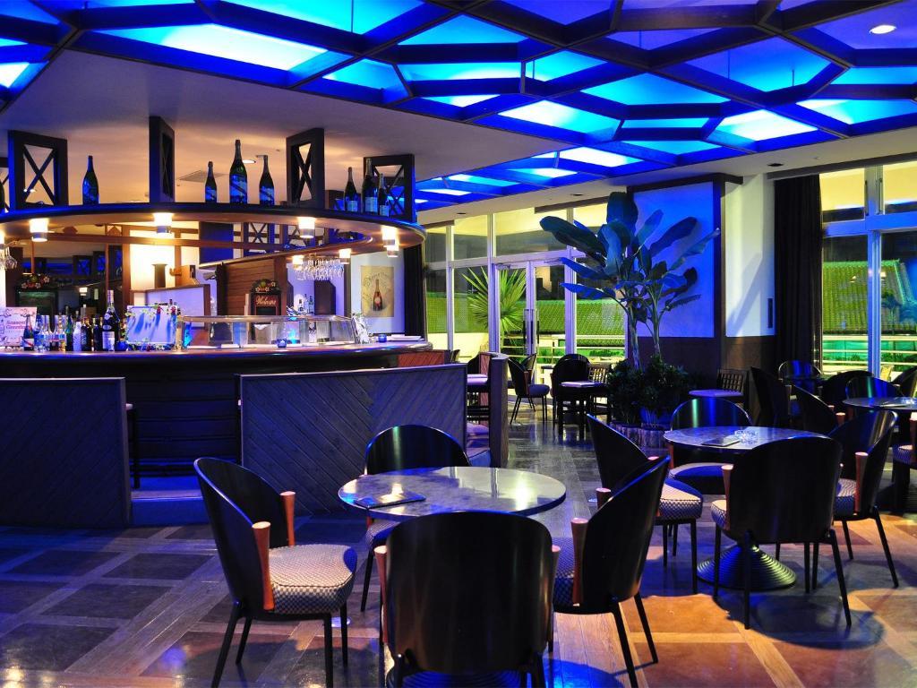 La sala de estar o bar de Rizzan Sea Park Hotel Tancha Bay