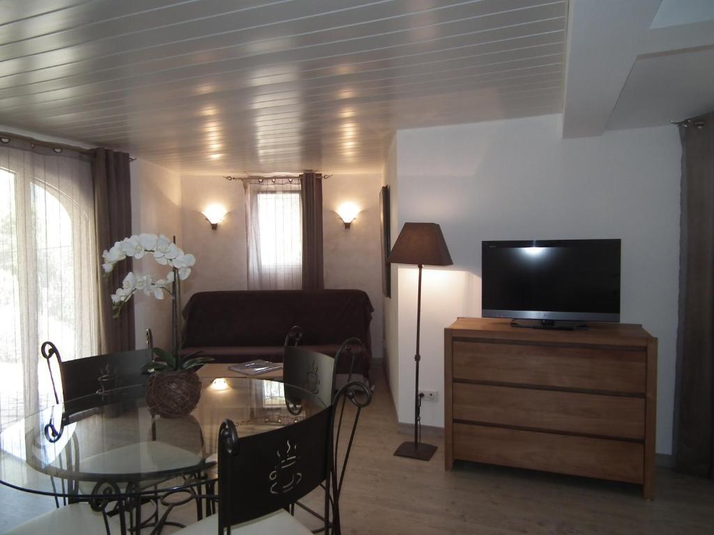 chambres d 39 h tes la demeure insoup onn e chambres d 39 h tes cassis. Black Bedroom Furniture Sets. Home Design Ideas