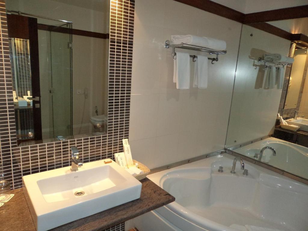 Hotel Mapple Emerald New Delhi