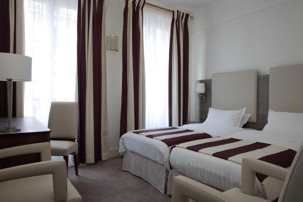 سرير أو أسرّة في غرفة في مايفلاور