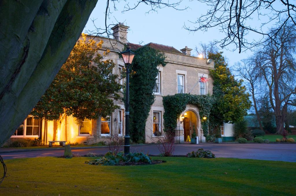 Woodland manor hotel bedford online booking viamichelin for Garden rooms stagsden