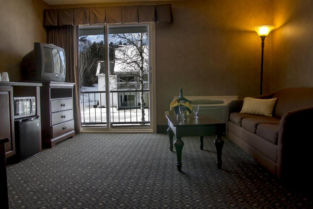 Town country inn resort berlin book your hotel for Town and country motor lodge gorham nh