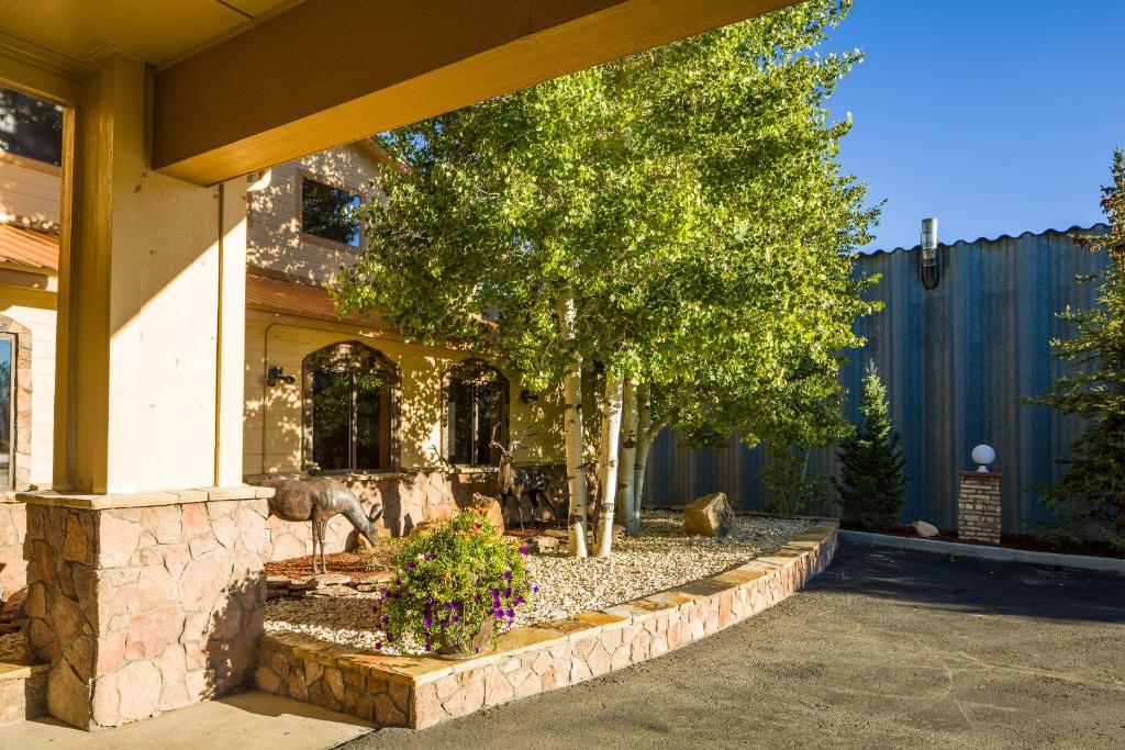 Alpine inn suites gunnison gunnison reserva tu hotel for Piscinas gunisol