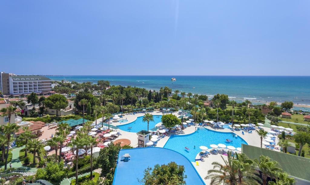 Uma vista da piscina em İz Flower Side Beach Hotel ou nos arredores