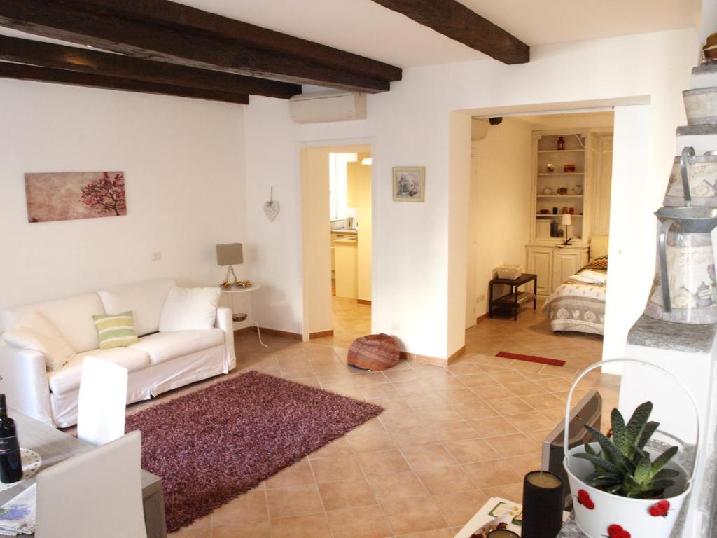 Holiday home il salotto di via giulia vatican city for Salotto design moderno