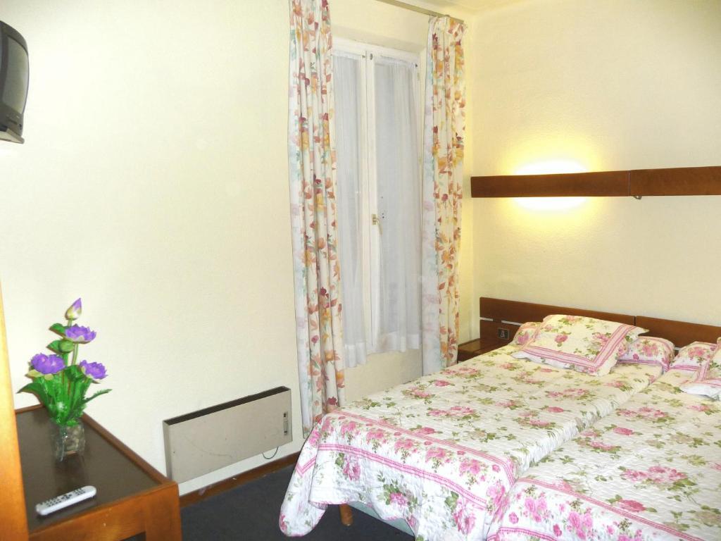 nouvel h tel paris 18 saint ouen reserva tu hotel con viamichelin. Black Bedroom Furniture Sets. Home Design Ideas