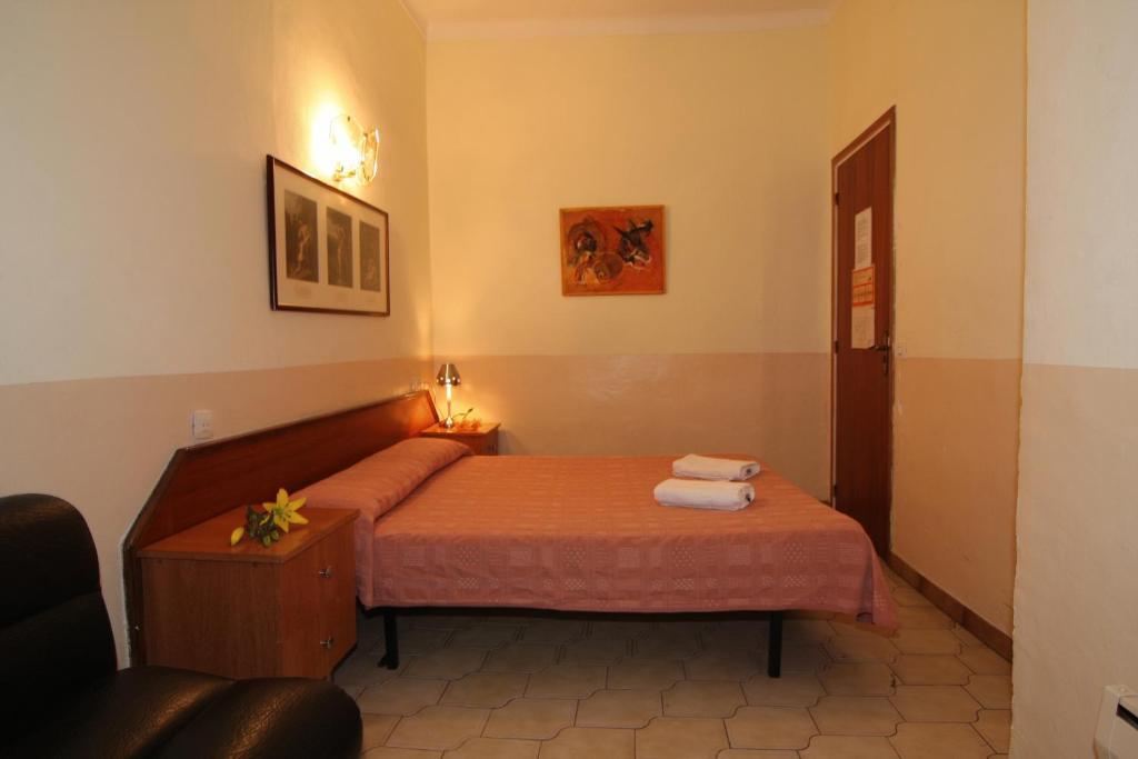 chambres d 39 h tes hostal rembrandt chambres d 39 h tes barcelone. Black Bedroom Furniture Sets. Home Design Ideas
