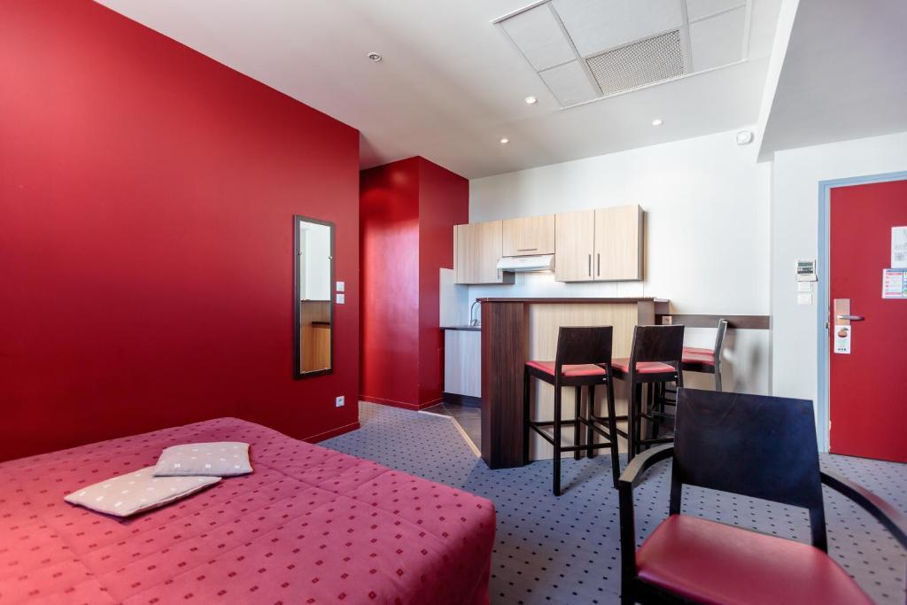 comfort hotel clermont saint jacques clermont ferrand prenotazione on line viamichelin. Black Bedroom Furniture Sets. Home Design Ideas