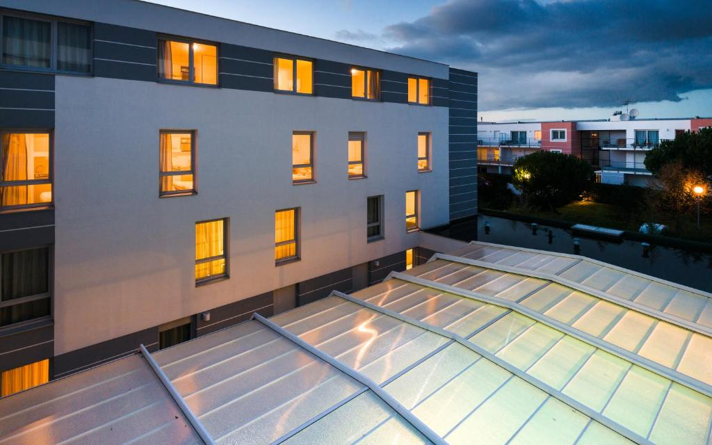 lagrange appart 39 hotel l escale marine la rochelle viamichelin informatie en online reserveren. Black Bedroom Furniture Sets. Home Design Ideas
