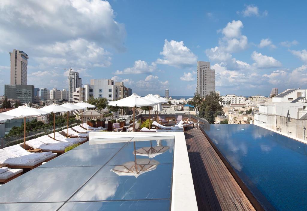 בריכת השחייה שנמצאת ב-דה נורמן תל אביב או באזור