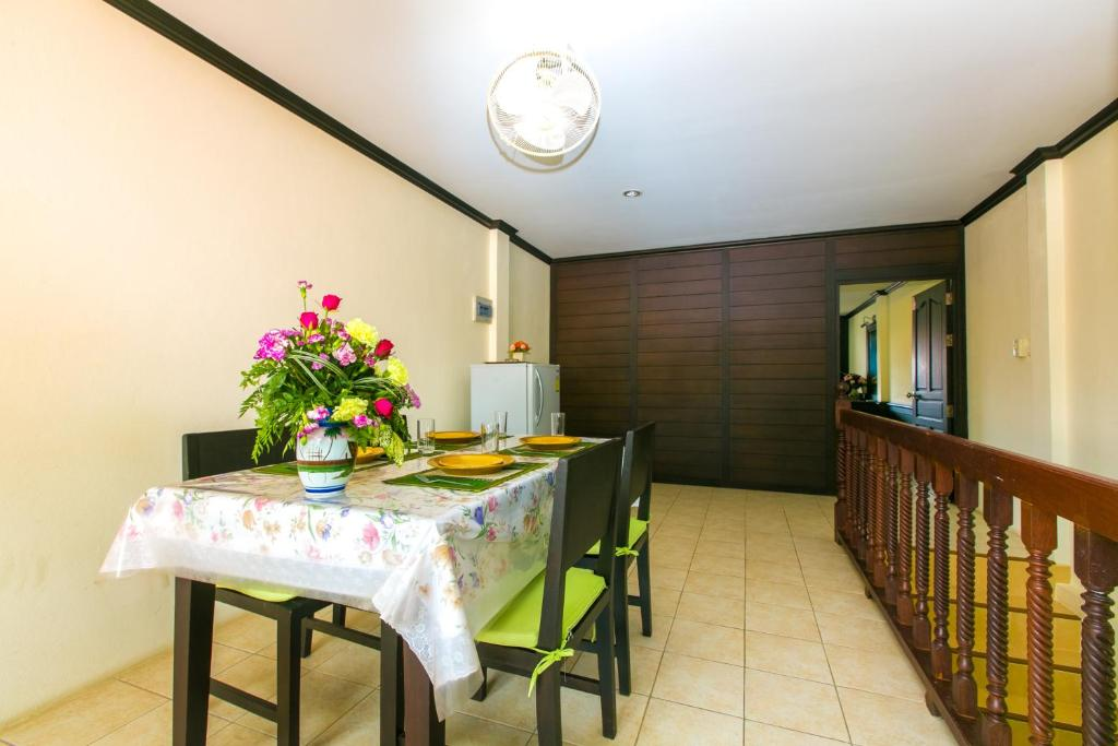 maison de vacances aytre avenue edmond grasset locations de vacances aytr. Black Bedroom Furniture Sets. Home Design Ideas