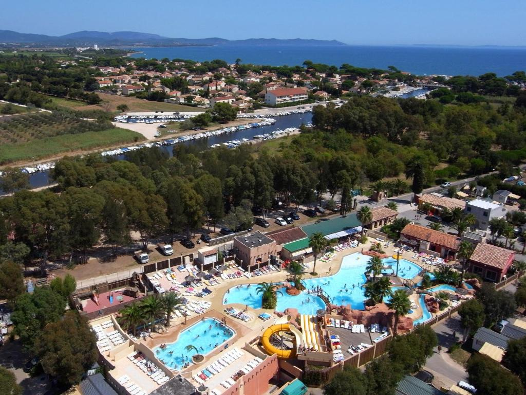 Camping les palmiers gites et locations hy res for Piscine hyeres