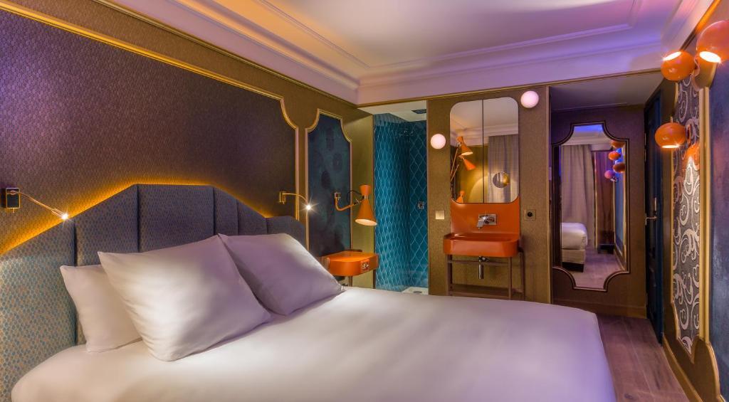 سرير أو أسرّة في غرفة في فندق آيدول