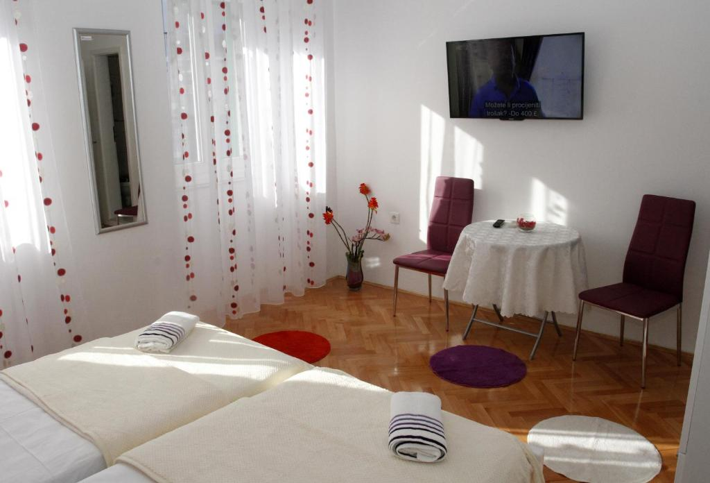 Rooms miletic near the palace split book your hotel for Split room