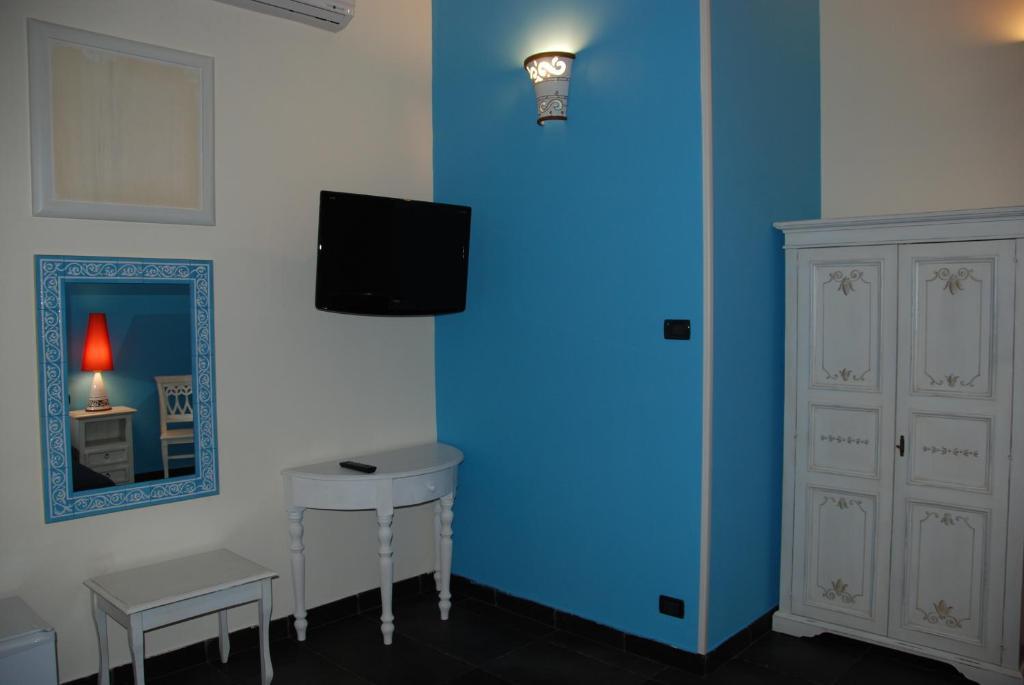 Hotel Teatro Room Service Menu
