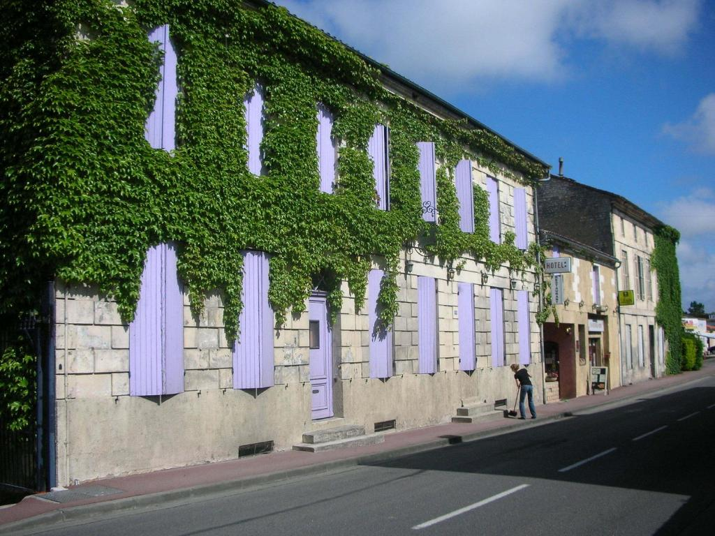 Hotel le cheval gris mirambeau for Appart hotel jonzac