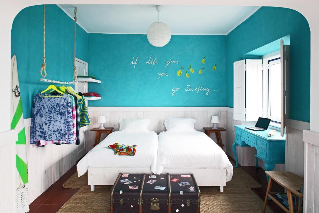 מיטה או מיטות בחדר ב-Chill in Ericeira Surf House