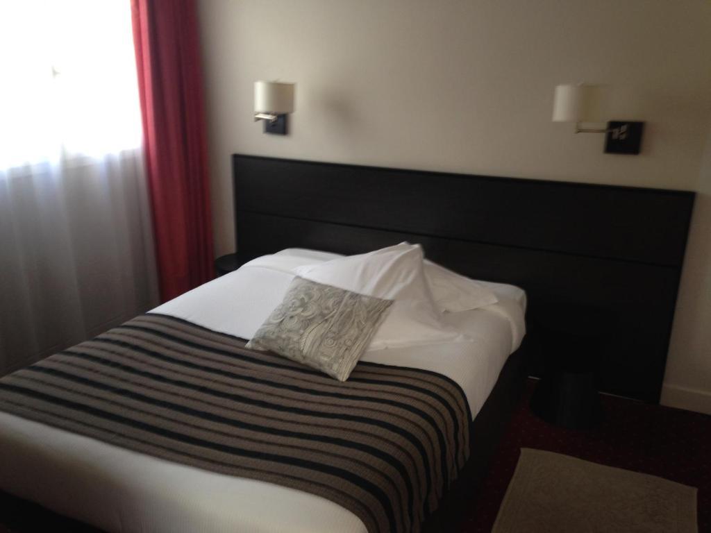 hotel au pavillon bleu ozoir la ferri re. Black Bedroom Furniture Sets. Home Design Ideas