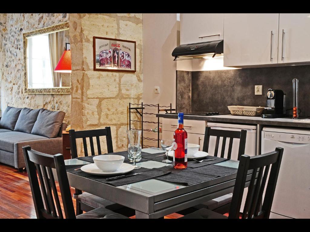 Appartement by saint pierre locations de vacances bordeaux - Ustensiles de cuisine bordeaux ...