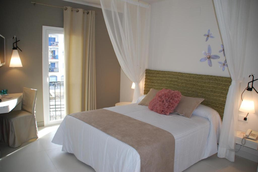 hotel tarongeta cadaqu s book your hotel with viamichelin. Black Bedroom Furniture Sets. Home Design Ideas