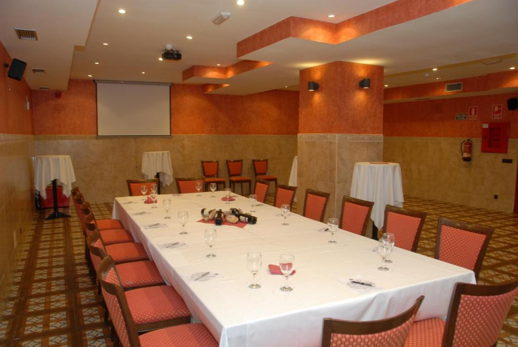 Hotel juaneca san agust n del guadalix book your hotel for Piscina san agustin de guadalix