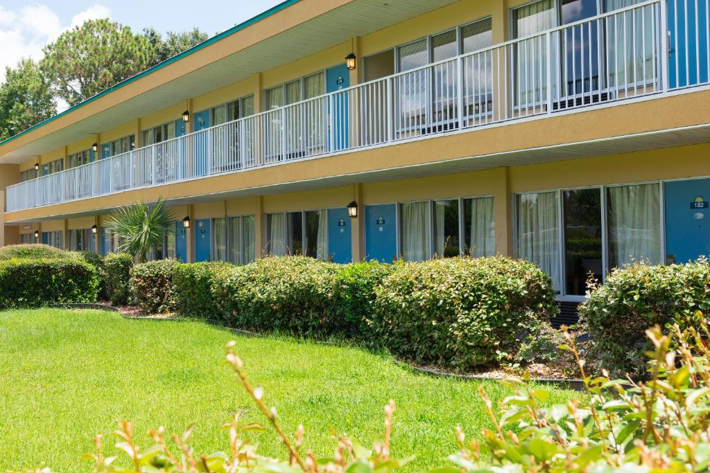 days inn speedway south daytona book your hotel with. Black Bedroom Furniture Sets. Home Design Ideas