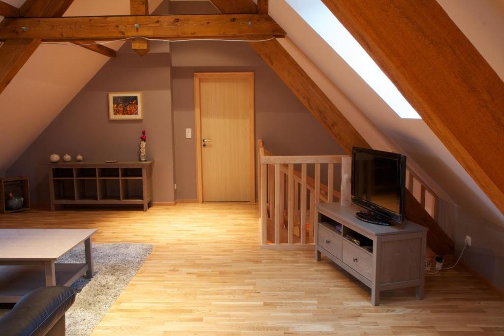 chambres d 39 h tes le grenier des ar mes au domaine wittmann chambres d 39 h tes mittelbergheim. Black Bedroom Furniture Sets. Home Design Ideas
