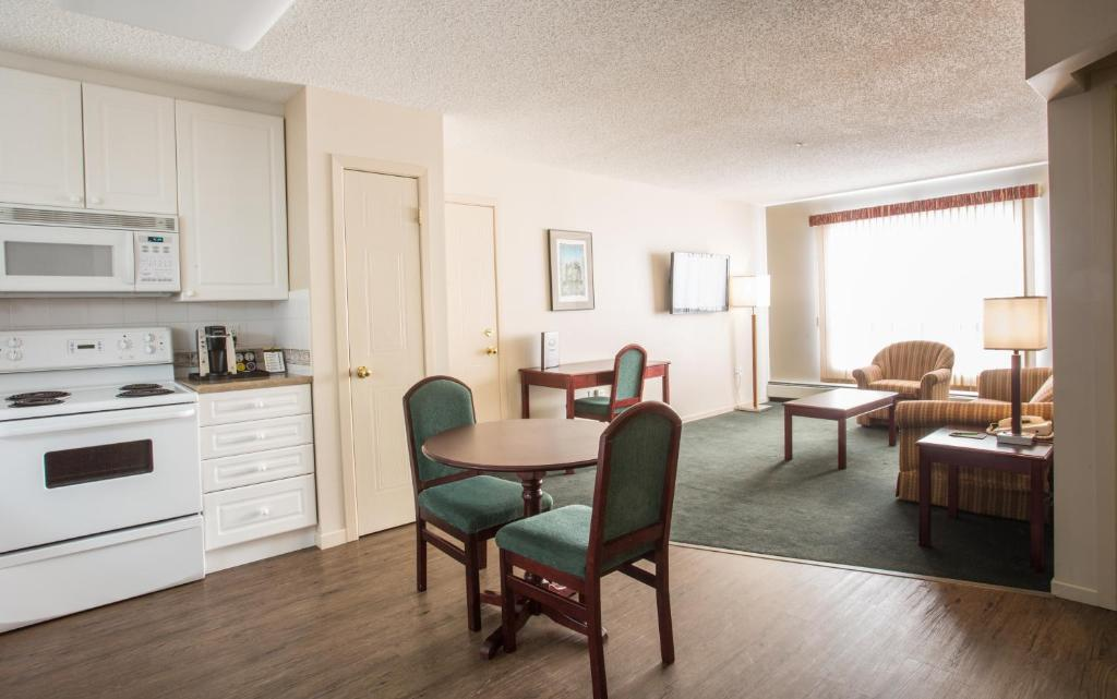 Capital suites iqaluit iqaluit reserva tu hotel con for Cute hotel rooms