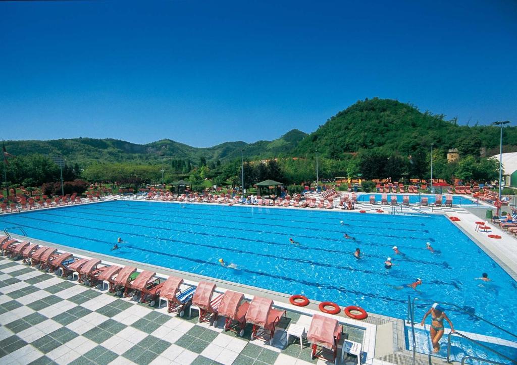 Hotel petrarca terme montegrotto terme book your hotel with viamichelin - Petrarca piscine prezzi ...