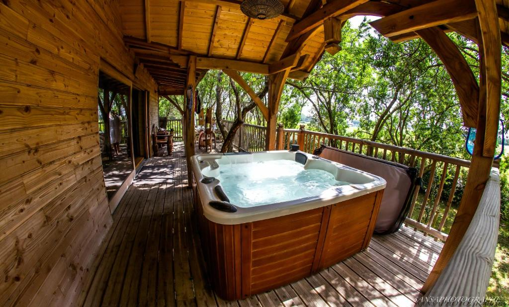 cabane d 39 amour locations de vacances b ziers. Black Bedroom Furniture Sets. Home Design Ideas
