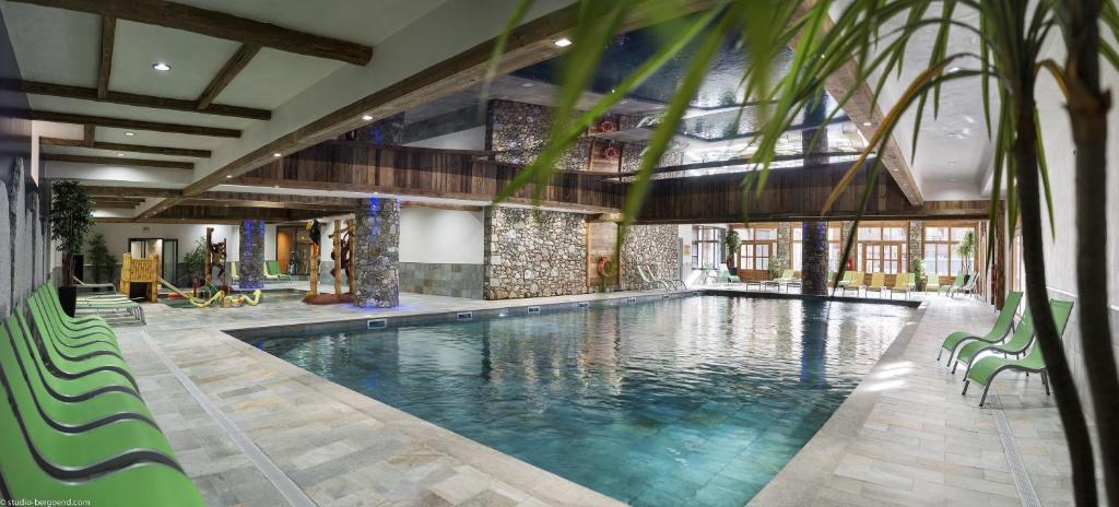 בריכת השחייה שנמצאת ב-CGH Résidences & Spas Kalinda או באזור