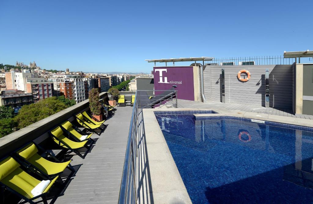 בריכת השחייה שנמצאת ב-Hotel Barcelona Universal או באזור
