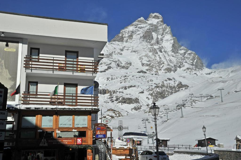 Hotel meuble 39 joli paquier book your hotel with for Hotel meuble joli cervinia