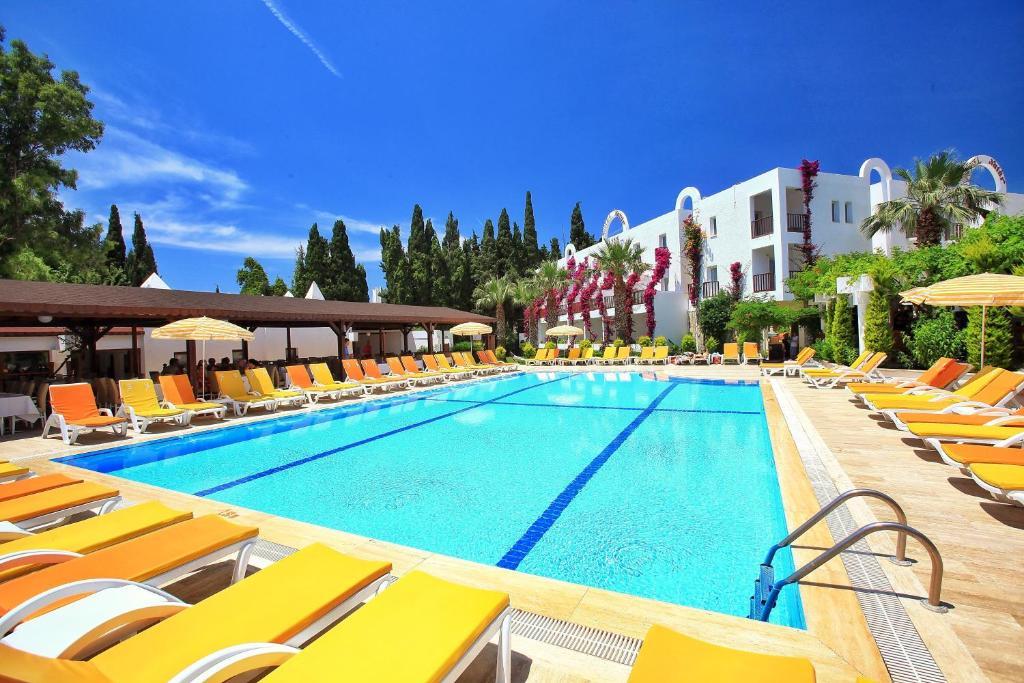 בריכת השחייה שנמצאת ב-Natur Garden Hotel או באזור
