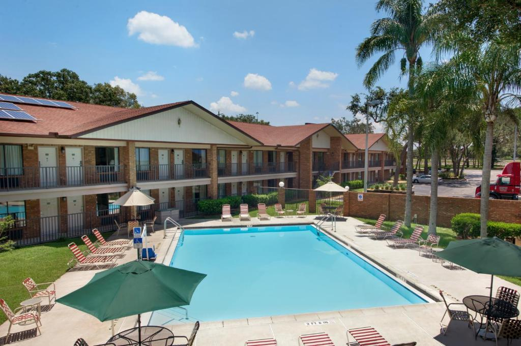 Ramada hotel tampa tampa book your hotel with for 13305 tampa oaks blvd temple terrace fl 33637