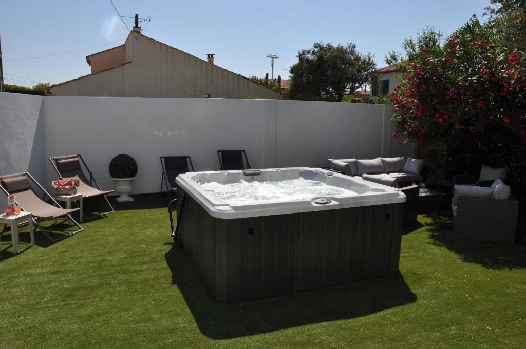 maison jacuzzi locations de vacances arles. Black Bedroom Furniture Sets. Home Design Ideas