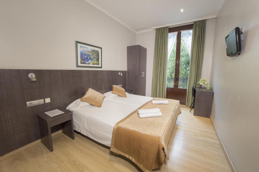 chambres d 39 h tes ciudad condal paseo de gracia chambres d 39 h tes barcelone. Black Bedroom Furniture Sets. Home Design Ideas