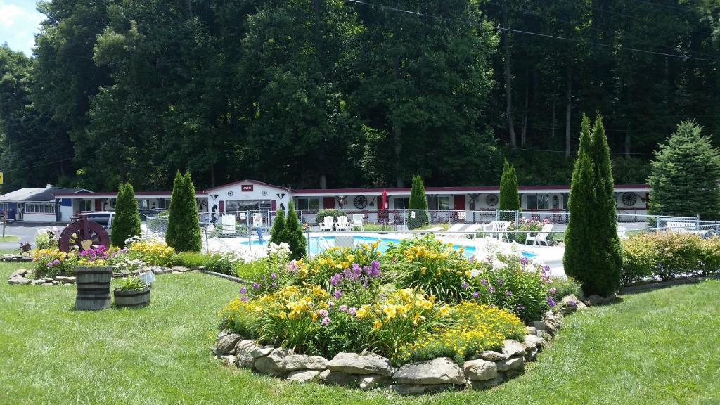 A Holiday Motel - Maggie Valley