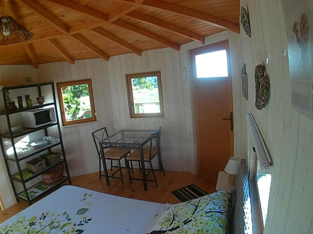 Chambre d 39 h tes cabane perch e dans la prairie de l 39 ancien for Cabane dans la chambre