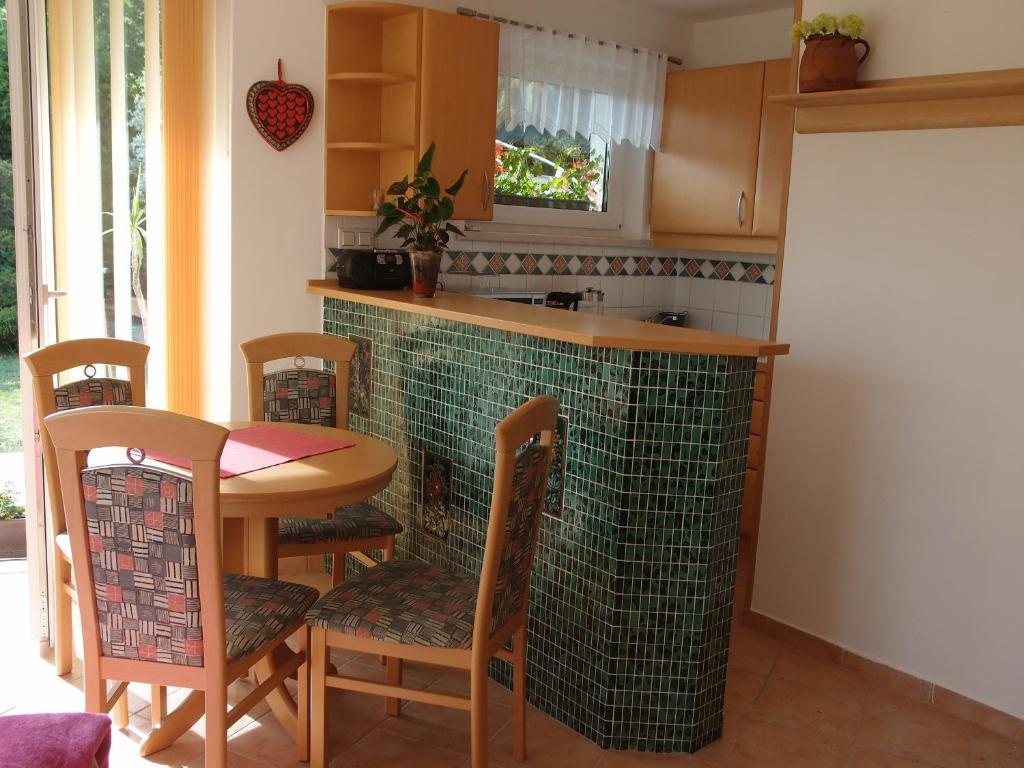 article 432537. Black Bedroom Furniture Sets. Home Design Ideas